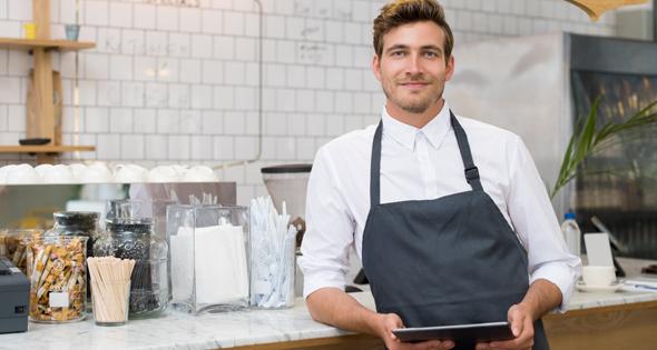 Jeune homme en habit de travail (Istock)