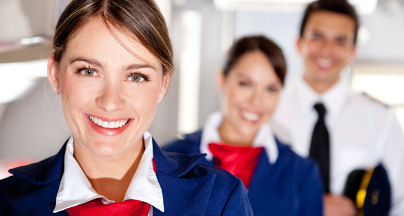 Groupe de stewards dans un avion (Istock)