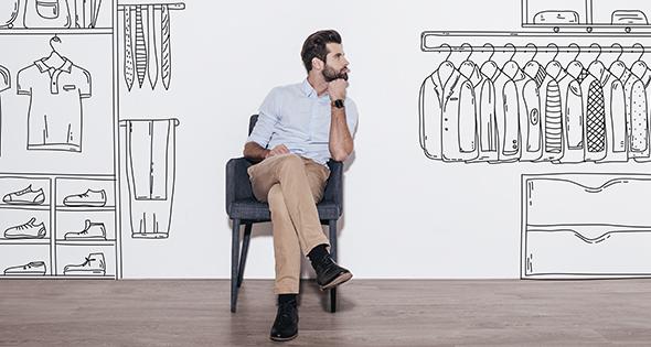 Homme qui choisit une bonne tenue pour ne pas être stressé (Istock)