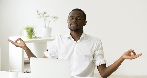 Homme en train de prendre une grande respiration pour ne plus stressé (Istock)