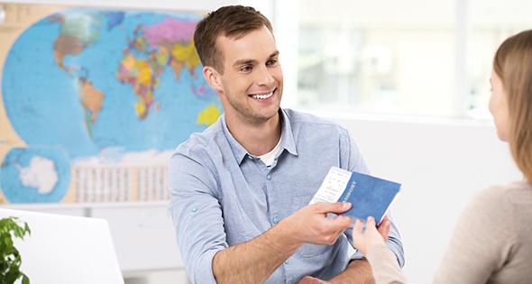 Agent de voyage remettant un passeport (Istock)