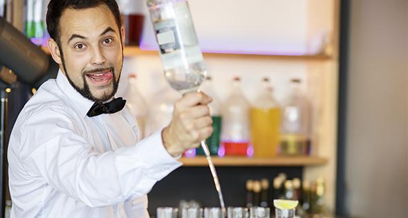 Barman en train de préparer des shooters (Istock)