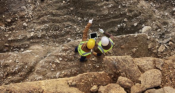 Groupe de travailleurs sur un chantier en construction (Istock)