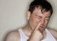 Se curer le nez au travail (iStock)