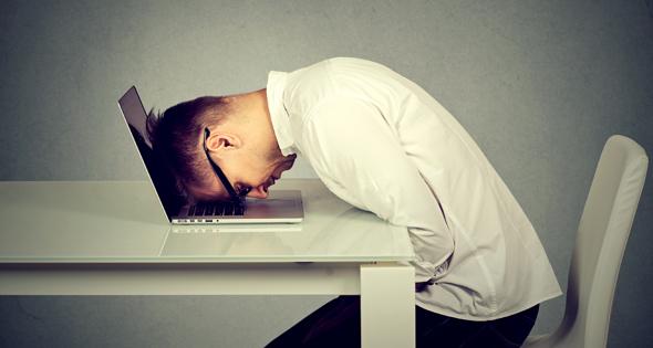 Homme victime de brown-out devant son ordinateur (Istock)