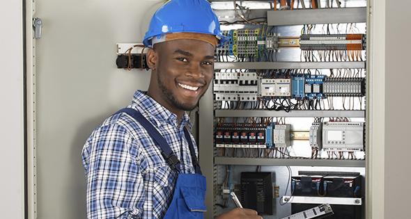 Ingénieur technicien devant un panneau de contrôle électrique (Istock)