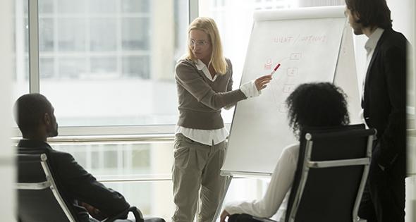 Groupe recevant une leçon pour prendre la parole en public (Istock)