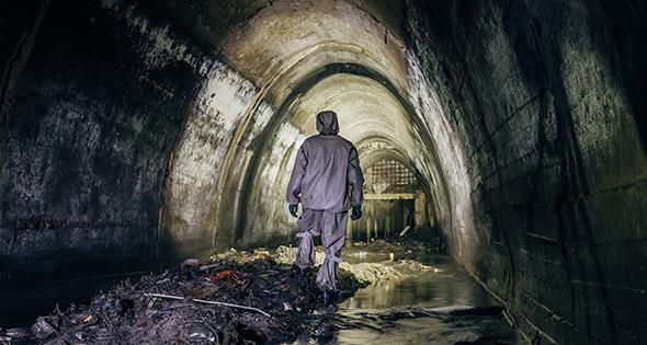 Homme en blouse dans les égouts (Istock)