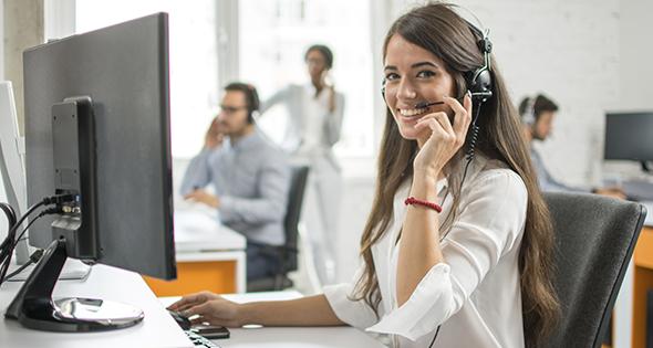 Personne travaillant dans un call-center au téléphone (Istock)