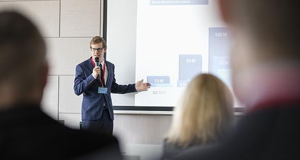 Jeune homme en train de donner une conférence (Istock)