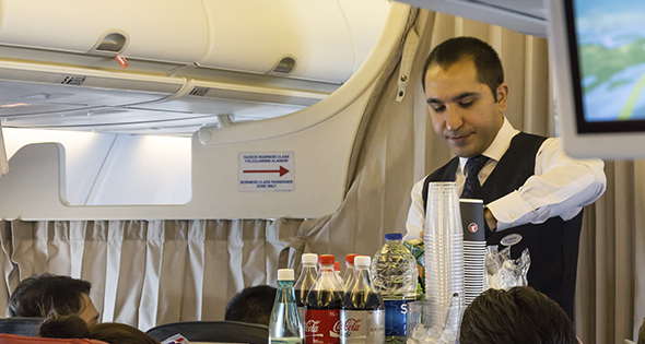Steward en train d'effectuer un service en vol (Istock)