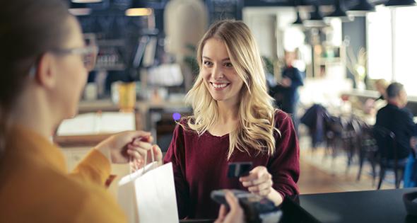Caissière en présence d'une cliente en train d'acheter (Istock)
