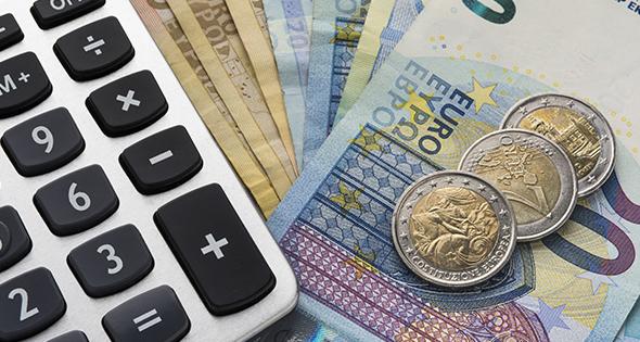 Euros en liquide à côté d'une calculette (Istock)