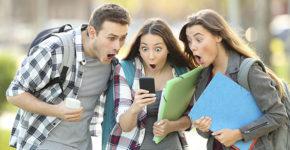 Groupe d'amis apprenant une nouvelle incroyable sur le téléphone (Istock)