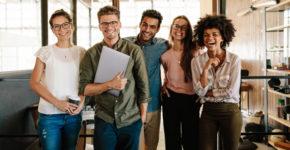 Equipe jeune de travail qui sourient