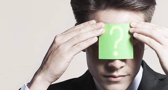 Homme avec un post-it en interrogation sur la tête (Istock)