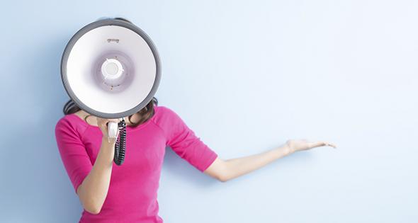 Femme avec un haut parleur (Istock)