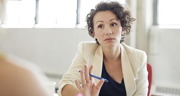 Femme donnant des conseils dans un bureau (Istock)