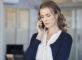 Femme au téléphone apprenant une mauvaise nouvelle (Istock)