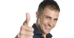 Homme au grand sourire avec le pouce pointé vers le haut (Istcok)