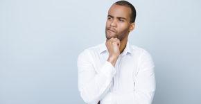 Jeune homme se posant des questions (Istock)