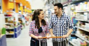 Personnes heureuses de faire les courses (Istock)