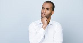 Jeune-homme se posant des questions (iStock)