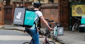 Livreur deliveroo de dos à vélo (Istock)